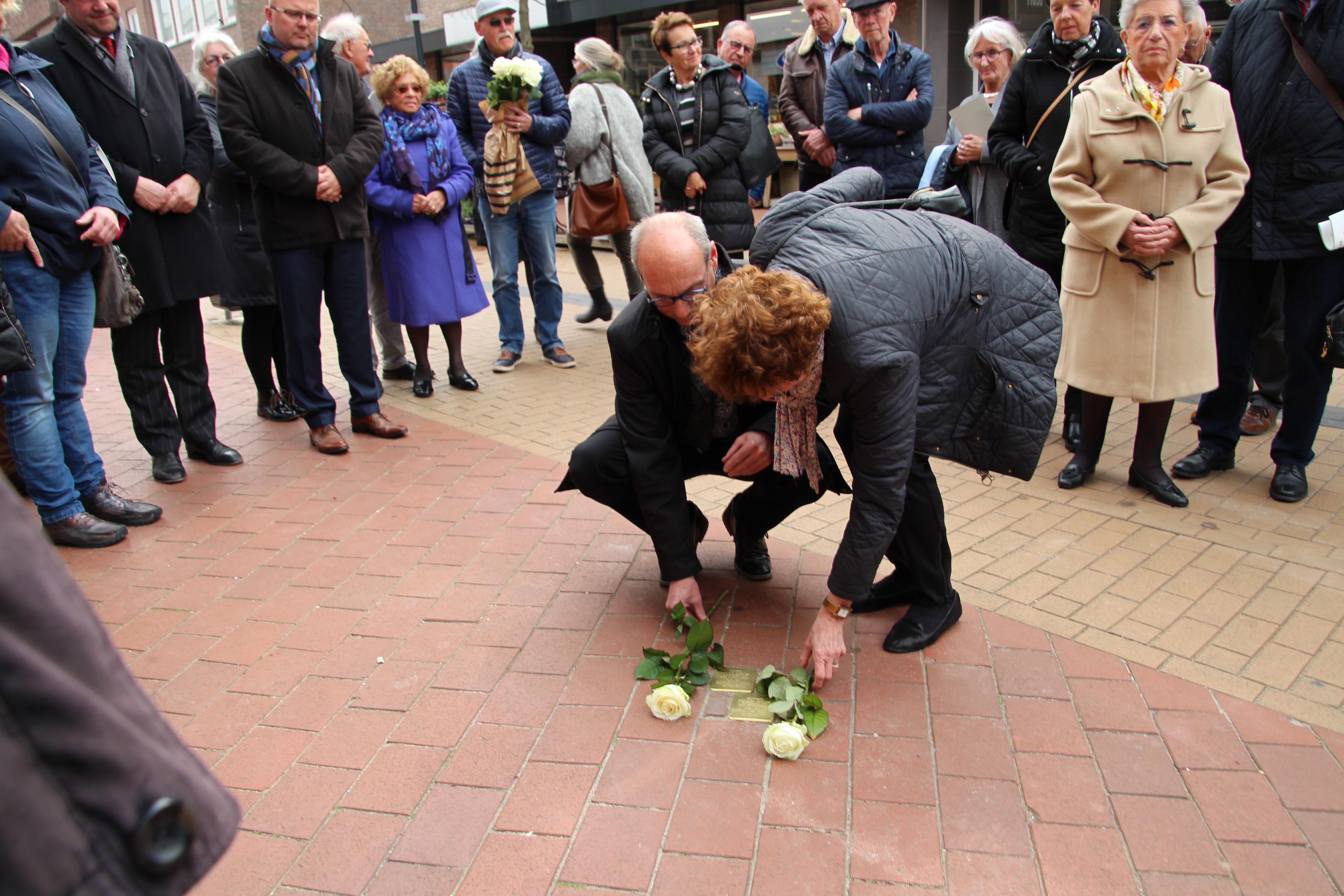Hans en Mieke Zilverberg leggen rozen bij de Stolpersteine