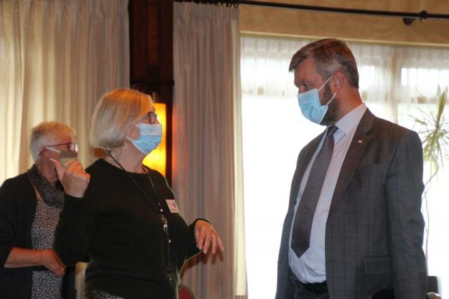 Burgemeester Bouwmeester wordt ook ontvangen met mondkapje